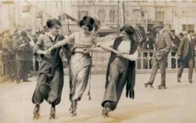 """Itinerari """"Dones i esport"""". Noies patinant, 1911."""
