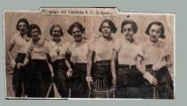 """Itinerari """"Dones i esport"""". Glòria Lorenzo amb les seves companyes de l'equip de hoquei femení Catalunya S.C., al primer partit de hoquei femení, 1929"""